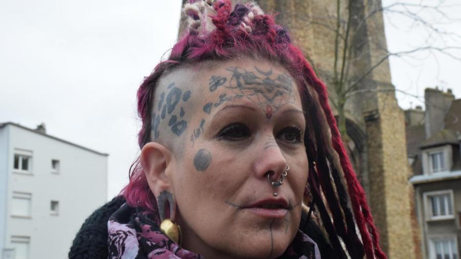 tatou e dans l il elle porte plainte association tatouage partage. Black Bedroom Furniture Sets. Home Design Ideas